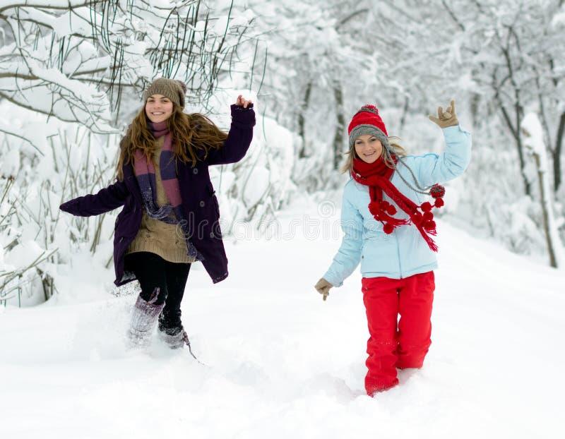 Młode szczęśliwe kobiety plenerowe w zimie obrazy royalty free