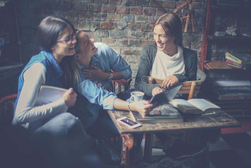 Młode uczeń dziewczyny siedzi w kawiarni i uczy się toget zdjęcia royalty free