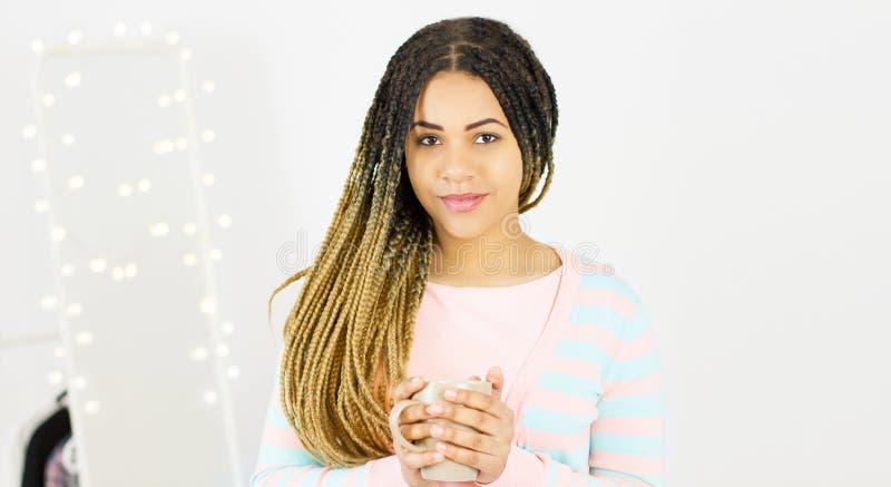 Młodego ładnego amerykanin afrykańskiego pochodzenia millennial kobieta z naturalny dreadlocks włosy ono uśmiecha się Popielaty t zdjęcia stock