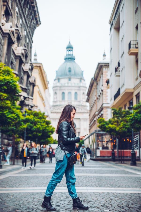 Młodego ładnego kobieta spaceru stara europejska ulica z mapą obrazy royalty free