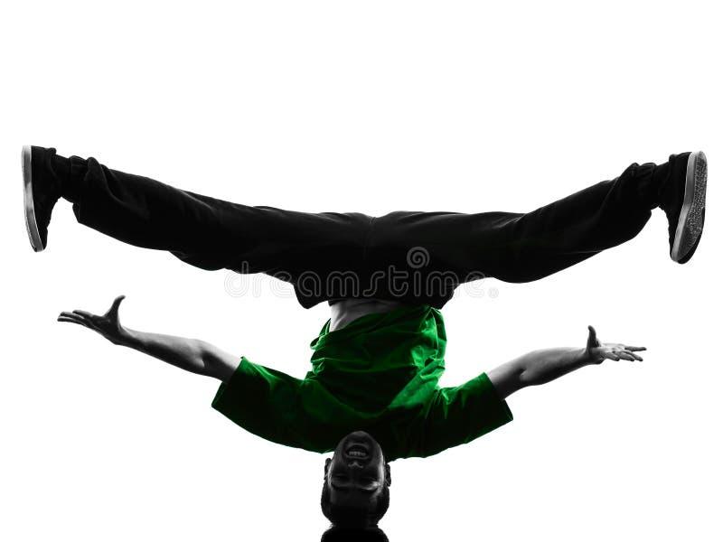 Młodego akrobatycznego przerwa tancerza mężczyzna breakdancing sylwetka zdjęcie stock