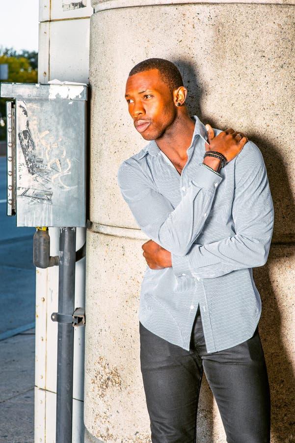 Młodego amerykanina afrykańskiego pochodzenia mężczyzna myślący outside w Nowy Jork fotografia royalty free
