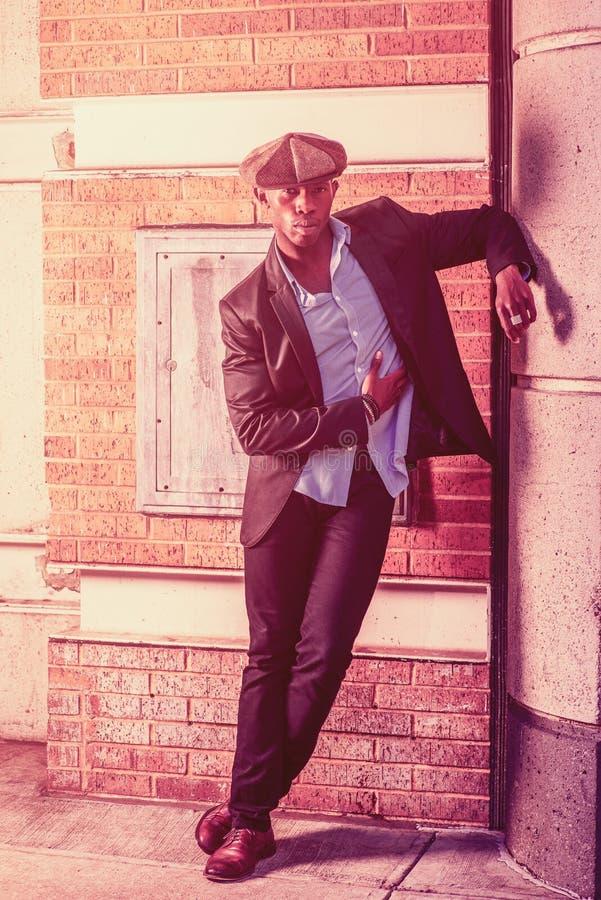 Młodego amerykanina afrykańskiego pochodzenia mężczyzna relaksujący outside w Nowy Jork zdjęcia royalty free