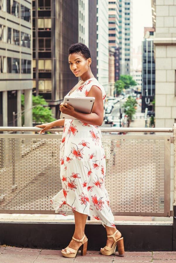 Młodego amerykanina afrykańskiego pochodzenia studenta collegu Żeński studiowanie w Nowym Yo obraz royalty free
