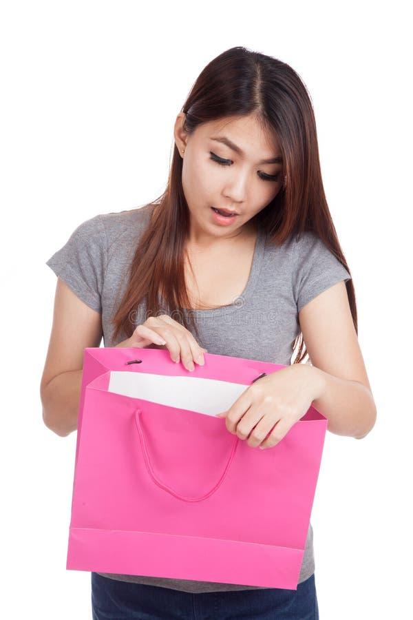 Młodego Azjatyckiego kobiety niespodzianki spojrzenia inside torba na zakupy obrazy stock