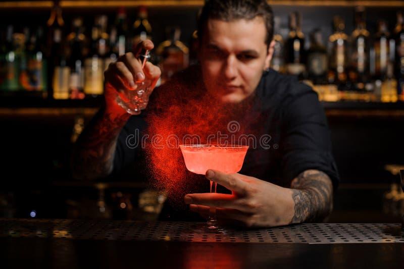 Młodego barmanu tryskaczowa czerwień barwił gorzkiego w koktajlu szkło obrazy royalty free