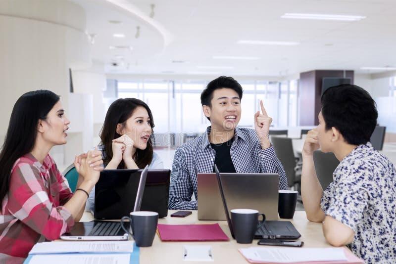Młodego biznesu drużynowy dyskutuje projekt w biurze obraz stock
