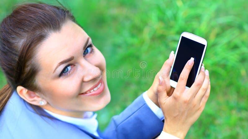 Młodego bizneswomanu plenerowy mówienie na telefonie komórkowym obrazy stock