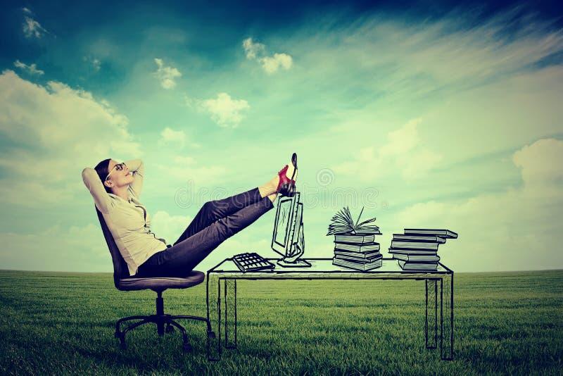Młodego bizneswomanu relaksujący obsiadanie w biurze obrazy royalty free