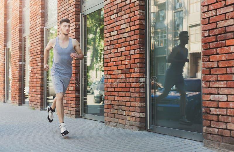 Młodego człowieka bieg w miasto kopii przestrzeni zdjęcie royalty free