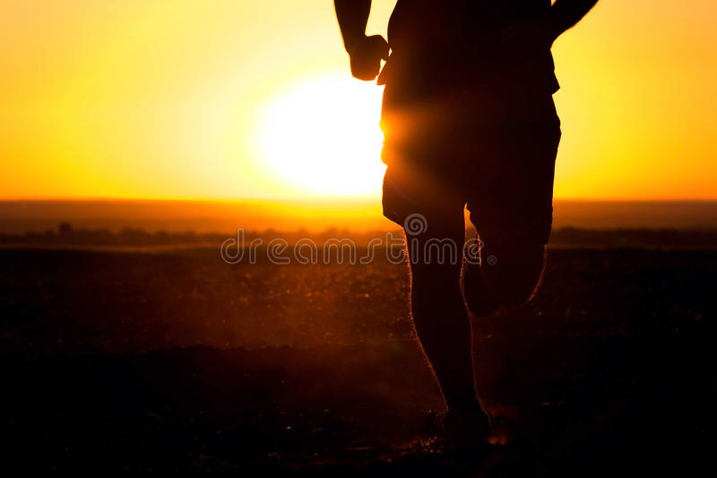 Młodego człowieka bieg w polu zdjęcie royalty free