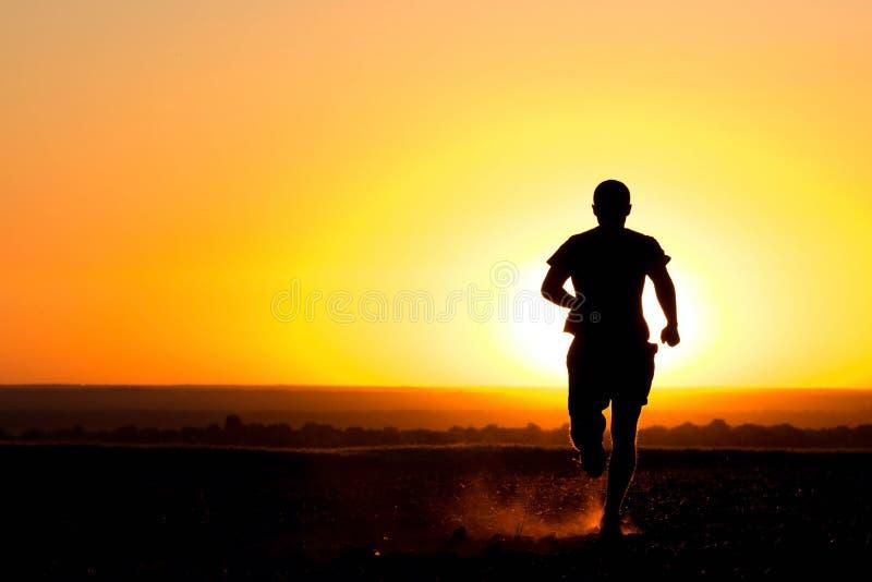 Młodego człowieka bieg w polu zdjęcia royalty free