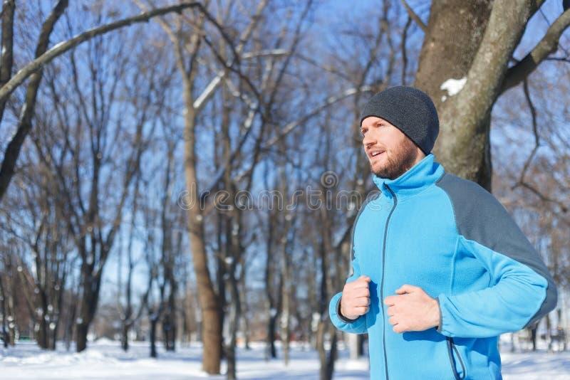 Młodego człowieka bieg w zimie fotografia stock