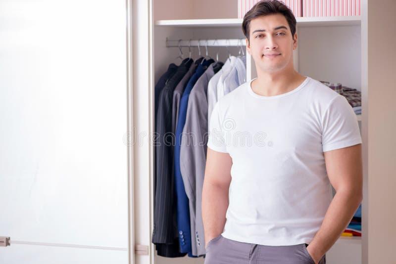 Młodego człowieka biznesmen dostaje ubierający dla pracy zdjęcia royalty free