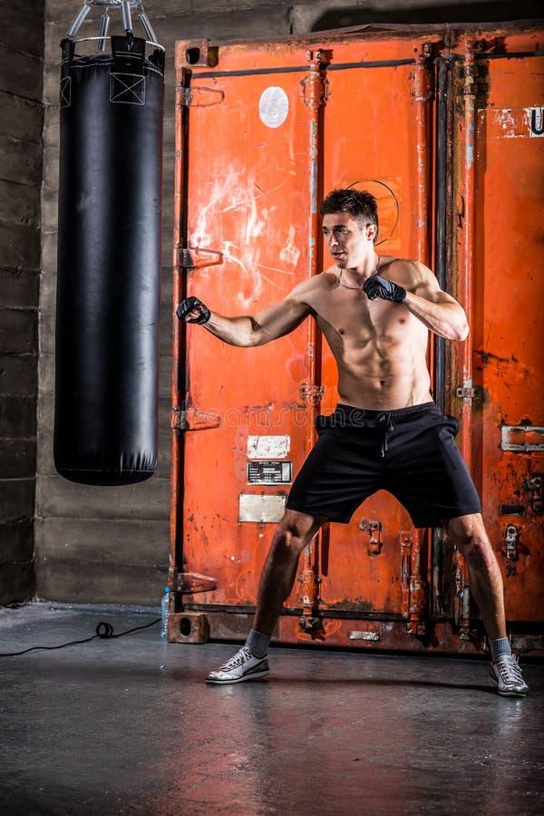 Młodego człowieka bokserski trening zdjęcia royalty free