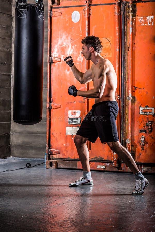 Młodego człowieka bokserski trening obrazy royalty free