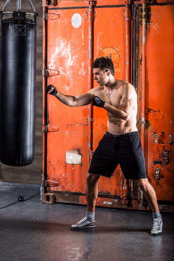 Młodego człowieka bokserski trening zdjęcie royalty free