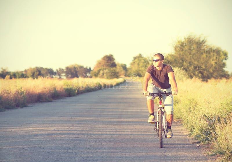 Młodego człowieka chodzący jeżdżenie rower obraz royalty free