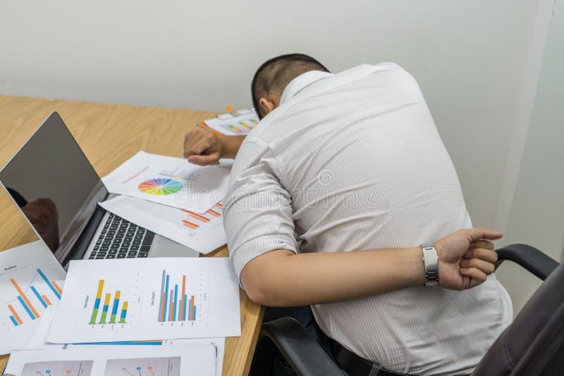 Młodego człowieka cierpienie od backache w biurze obrazy royalty free