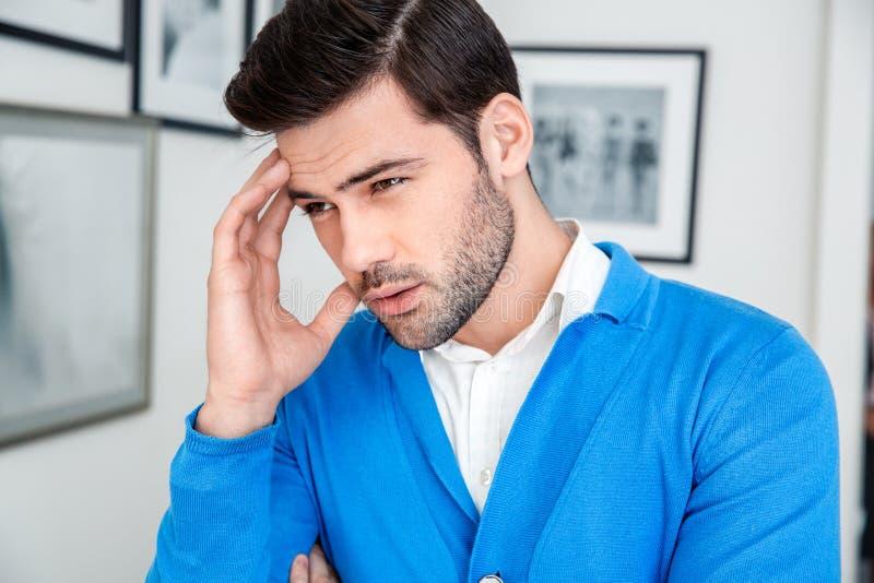 Młodego człowieka czekania cierpliwa psychologia sesyjna patrzejący na boku zakończenie zdjęcia stock