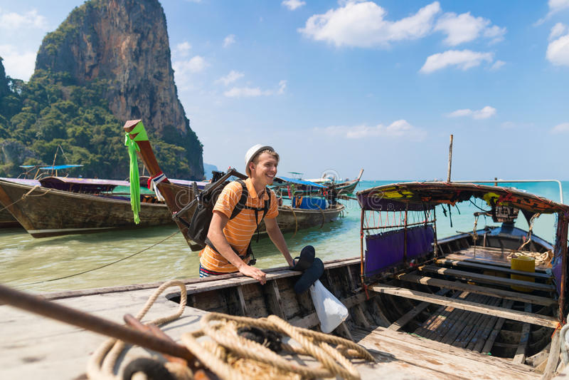 Młodego Człowieka Długiego ogonu Tajlandia łodzi portu oceanu faceta morza wakacje podróży Turystyczna wycieczka fotografia stock