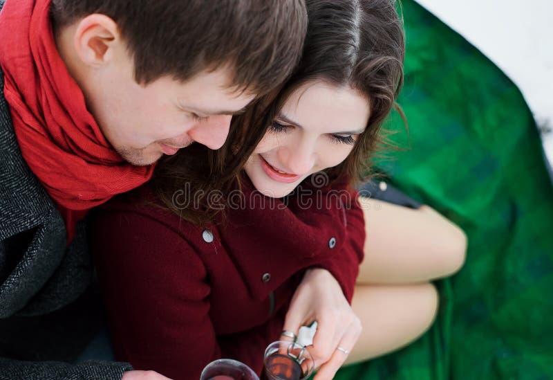 Młodego człowieka i dziewczyny kochankowie zdjęcia royalty free