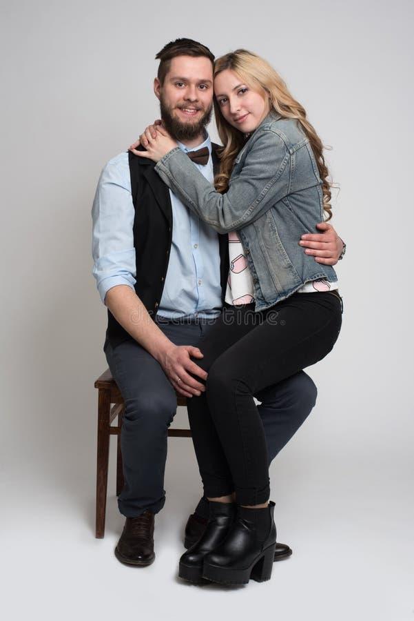 Młodego człowieka i kobiety obsiadanie na krześle zdjęcia royalty free