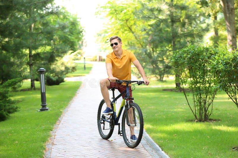 Młodego człowieka jeździecki bicykl w parku fotografia stock
