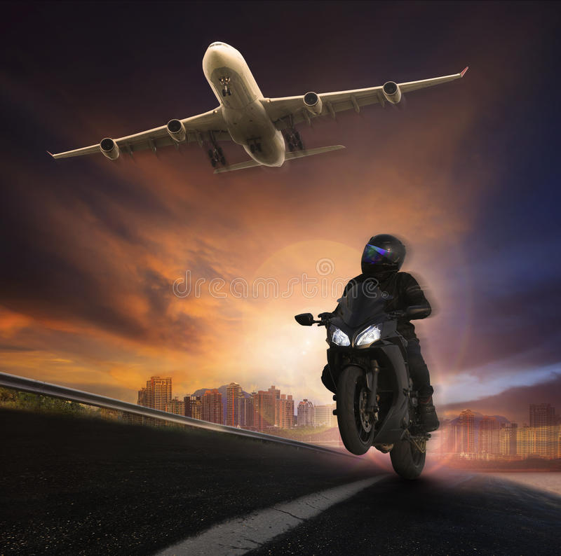 Młodego człowieka jeździecki motocykl na asfaltowych autostradach drogowych z wysokim s zdjęcia royalty free