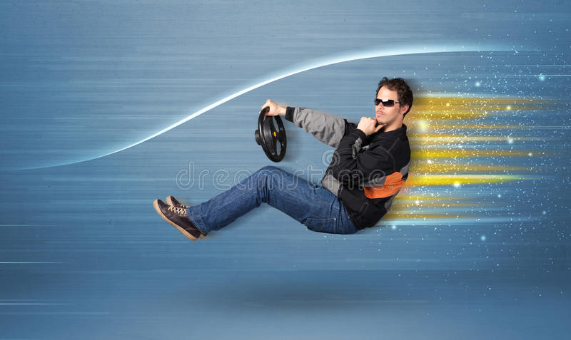 Młodego człowieka jeżdżenie w imaginacyjnym szybkim samochodzie z zamazanymi liniami obraz stock