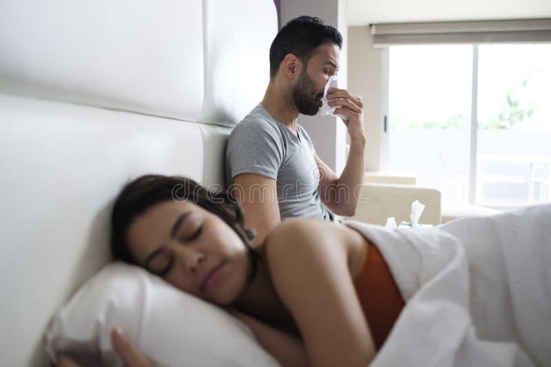 Młodego Człowieka kichnięcie Dla zimna W łóżku Z partnerem obrazy royalty free