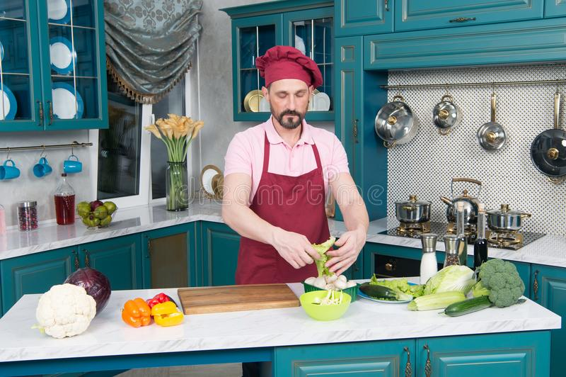 Młodego człowieka kucharstwo w kuchni Zdrowy jedzenie - Jarzynowa sałatka Weganin dieta Weganinu Dieting pojęcie Zdrowy Styl życi fotografia royalty free