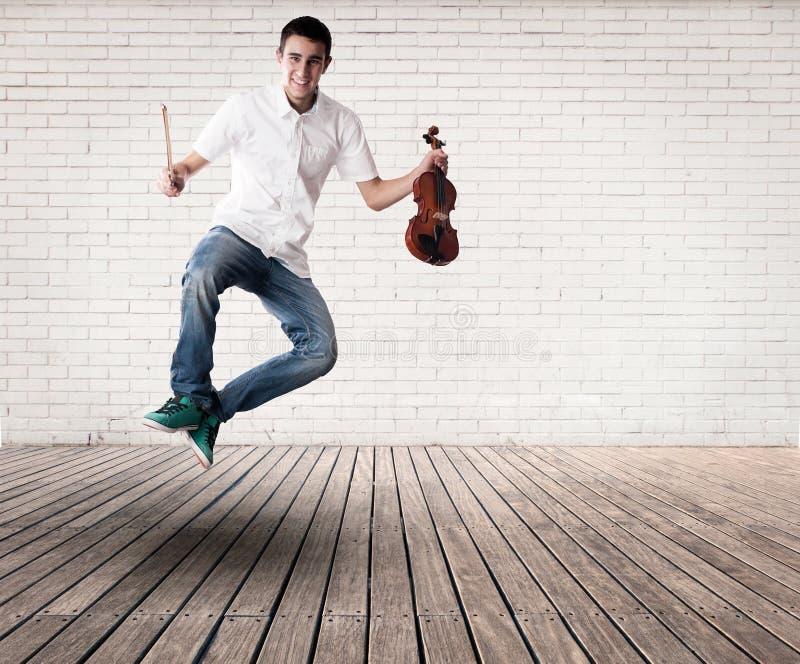Młodego człowieka mienie i doskakiwanie skrzypce obrazy royalty free