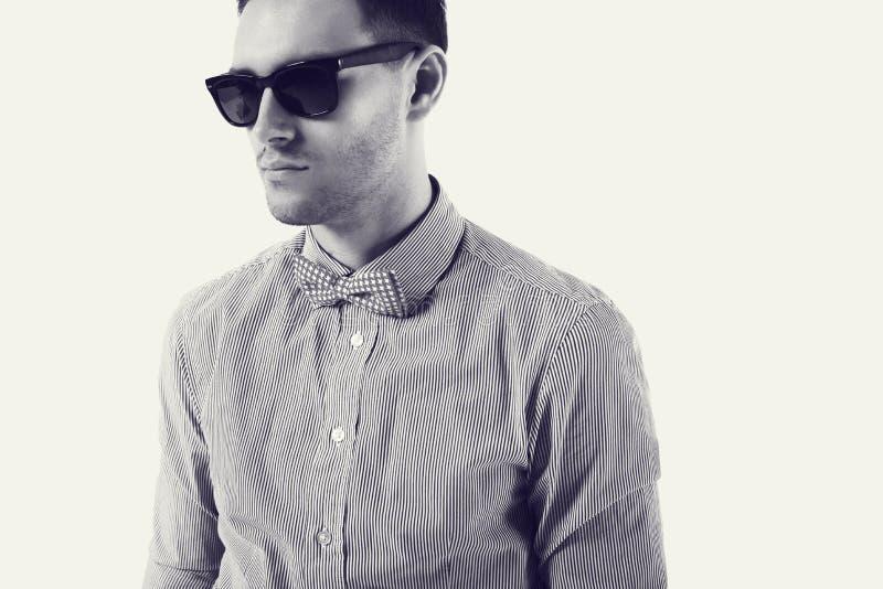 Młodego człowieka modniś z łęku krawata okularami przeciwsłonecznymi zdjęcia stock