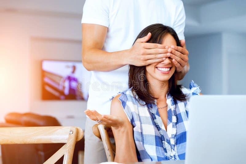 Młodego człowieka nakrycia oczy jego dziewczyna fotografia stock