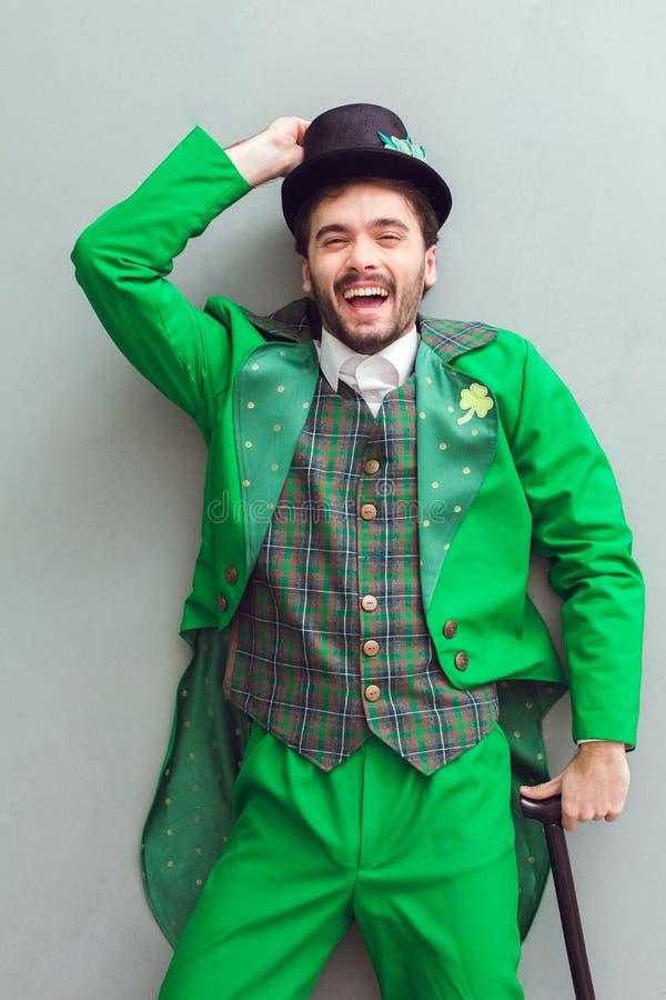 Młodego człowieka odgórny widok w leprechaun świętego Patrick ` s dnia kostiumowy śmiać się zdjęcie stock