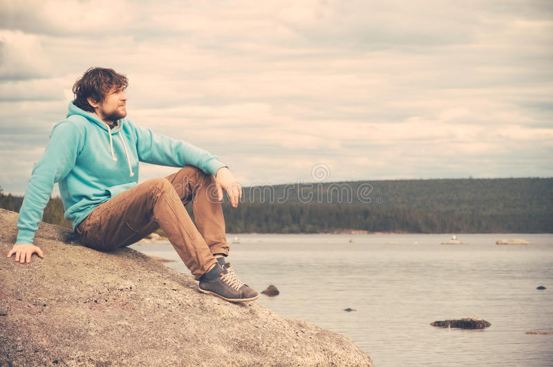 Młodego Człowieka podróżnik relaksuje samotnego plenerowego styl życia obraz stock