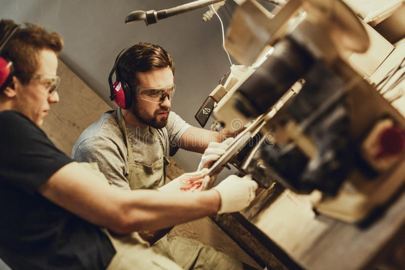 Młodego człowieka pomaga kolega z joinery wyposażeniem obraz stock