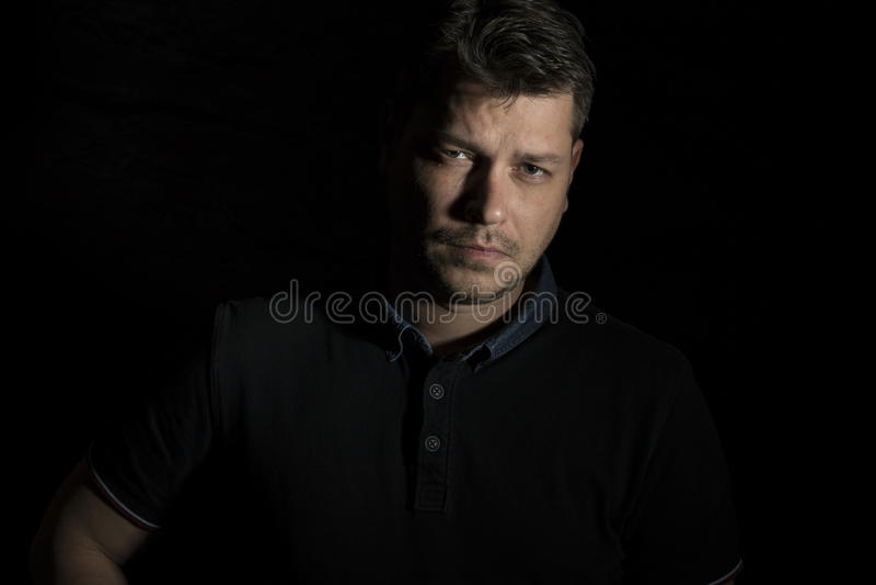 Młodego człowieka portret odizolowywający na czerni obraz royalty free