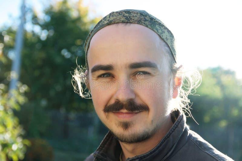 Młodego człowieka portret z brodą, earlocks, sidelocks i wąsem przy słonecznym dniem outdoors, Szczęśliwa uśmiechnięta osoba patr obraz royalty free