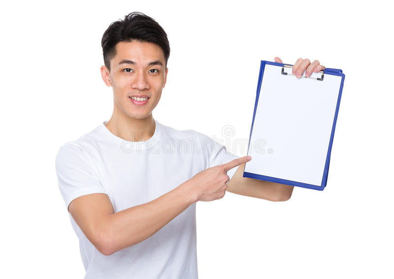Młodego człowieka przedstawienie z pustą stroną schowek zdjęcia stock