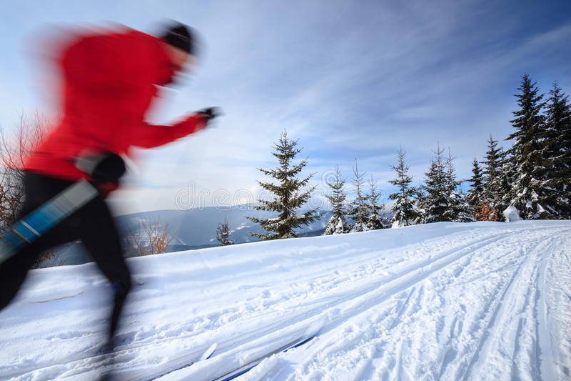Młodego człowieka przez cały kraj narciarstwo obraz stock