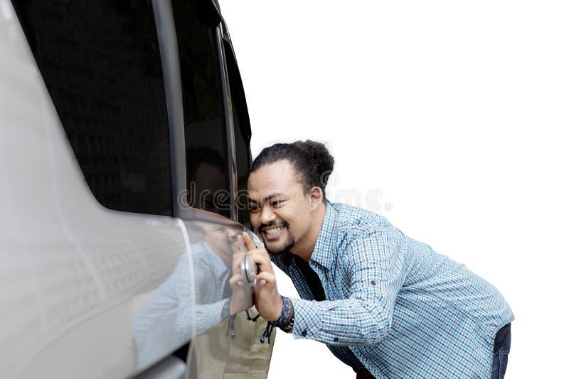 Młodego człowieka przyglądający nowy samochód obraz stock