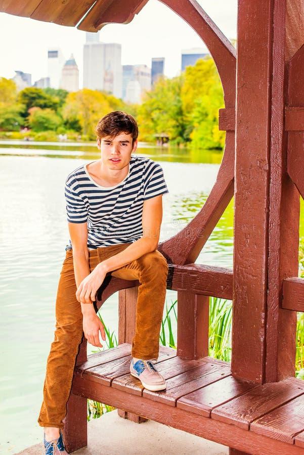 Młodego Człowieka relaksujący outside przy central park, Nowy Jork zdjęcie royalty free