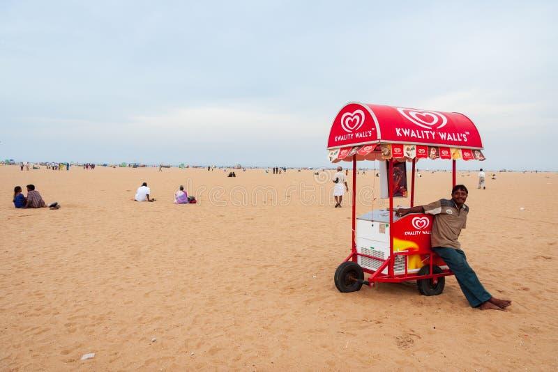 Młodego człowieka sprzedawania lody na Marina plaży w Chennai obraz royalty free