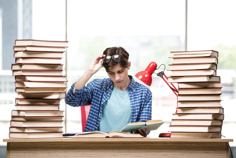 Młodego człowieka studencki narządzanie dla szkoła wyższa egzaminów zdjęcie stock