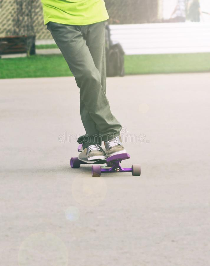 Młodego człowieka taniec na longboard zdjęcie stock