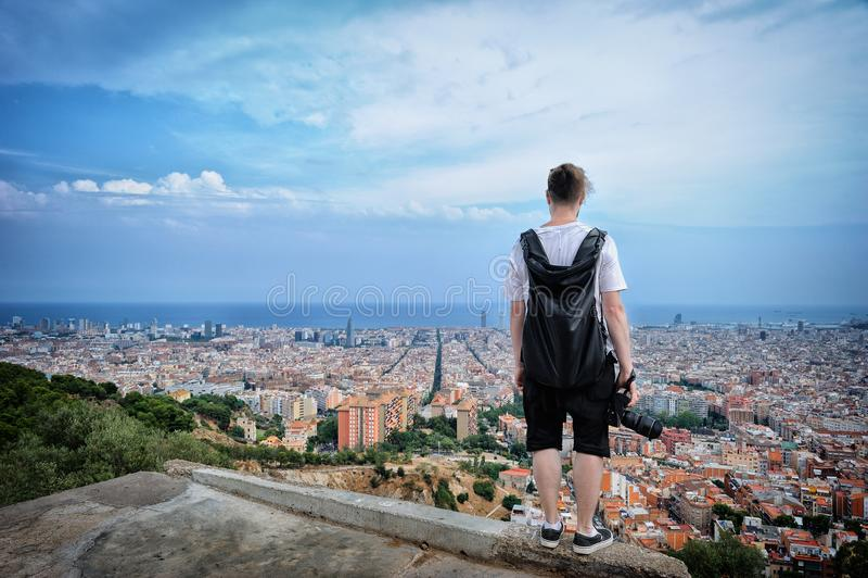Młodego człowieka turysta jest trwanie na krawędź dachu i patrzeć zdjęcia royalty free