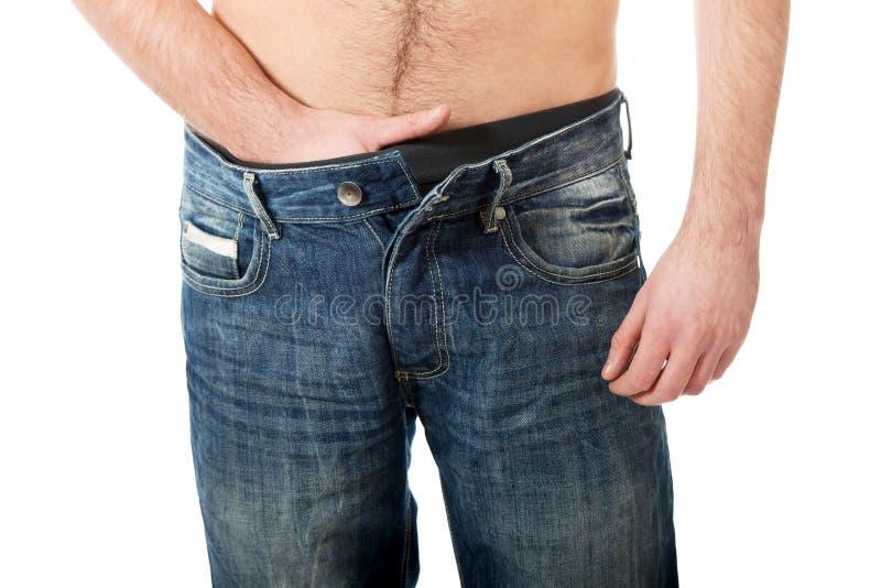 Młodego człowieka uczucia ból w jego crotch fotografia stock