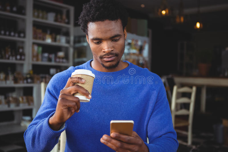 Młodego człowieka wysylanie sms na telefonie komórkowym zdjęcie stock